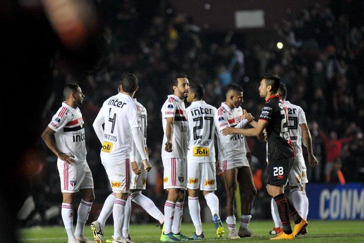@BroadcastImagem: São Paulo perde nos pênaltis para o Colón e é eliminado da Copa Sul-Americana. Mauricio Garin/AP
