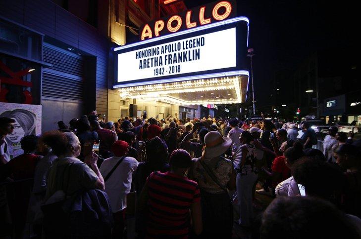 @BroadcastImagem: Fãs prestam homenagem a Aretha Franklin, a rainha do soul, em teatro de Nova York. Frank Franklin II/AP