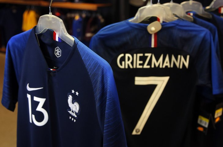 @BroadcastImagem: A tão aguardada camisa da seleção da França, já com duas estrelas, é colocada à venda em Paris. Michel Euler/AP