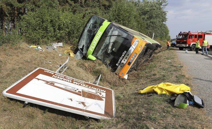 @BroadcastImagem: Acidente com um ônibus vindo da Suécia deixa 16 feridos no norte da Alemanha. Bernd Wuestneck/AP