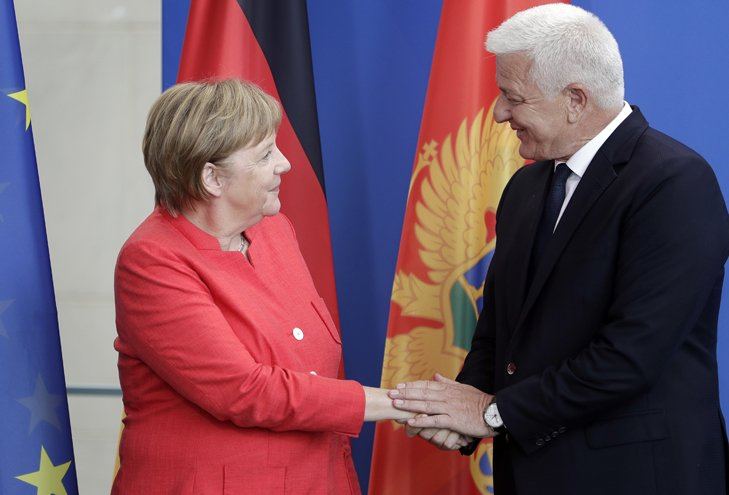 @BroadcastImagem: Merkel recebe o primeiro-ministro de Montenegro, Dusko Markovic, na Chancelaria em Berlim. Michael Sohn/AP