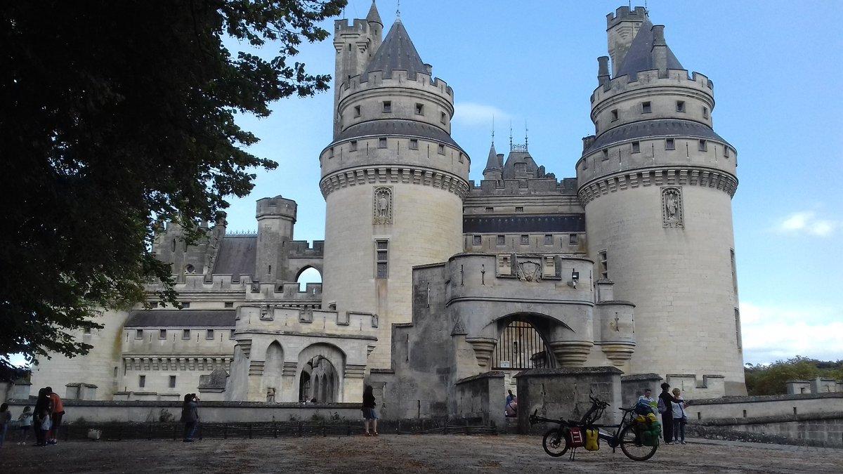 Un peu en avance, Roméo fait des détours touristiques : le château de Pierrefonds.