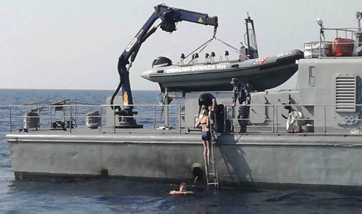 @BroadcastImagem: Britânica que caiu de cruzeiro diz que sobreviveu 10 horas no mar graças à ioga e ao canto. AP Photo