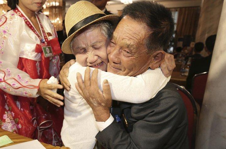 @BroadcastImagem: Parentes separados pela Guerra da Coreia se reencontram após seis décadas. AP Photo