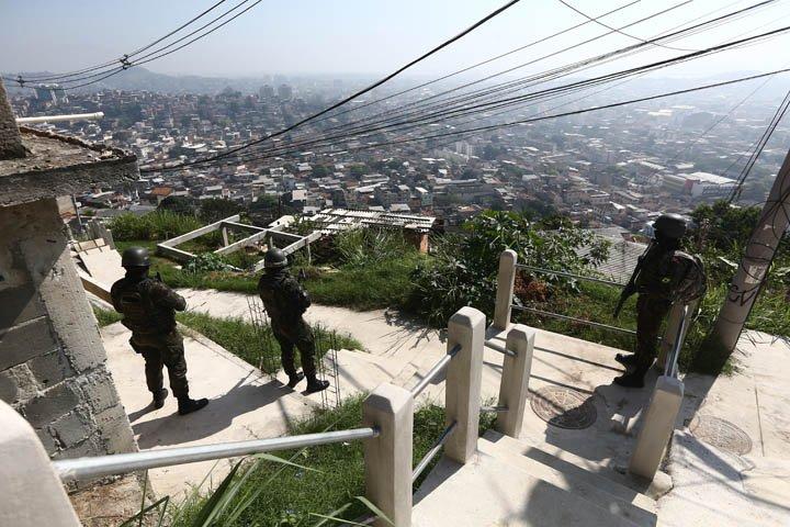 @BroadcastImagem: Forças de segurança fazem operação no Complexo do Alemão, na zona norte do Rio. Fábio Motta/Estadão