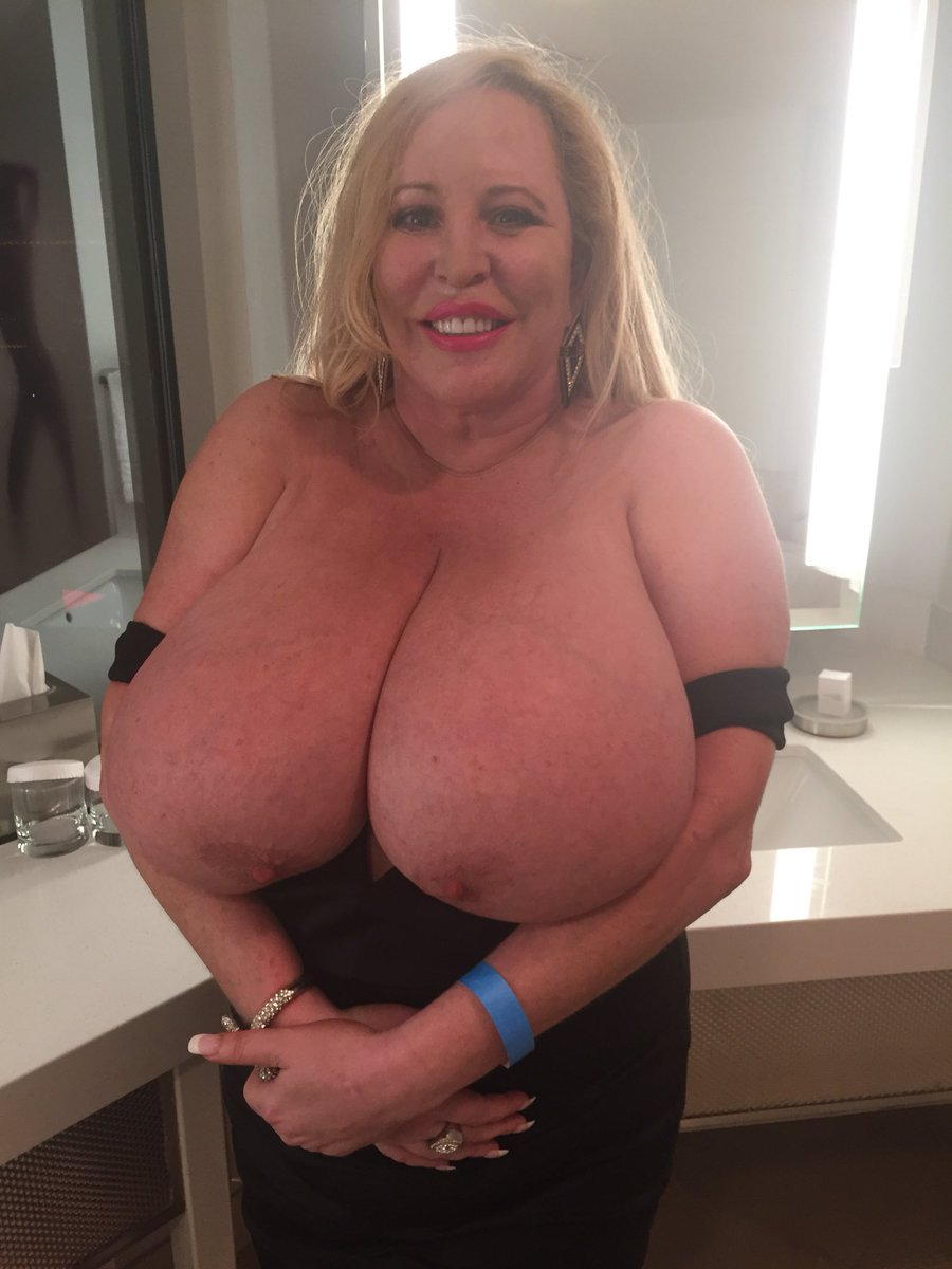 3 pic. Tuesday night went to see Lionel Richie he was excellent as usual. This is what I wore #BigTits
