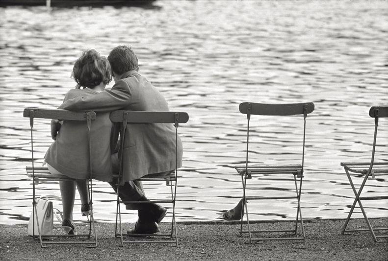 Quei due abbracciati sulla riva del Reno, potevamo essere noi due. Ma noi non passeggeremo mai più  su nessuna riva abbracciati.  Vieni, passeggiamo almeno in questa poesia.  Izet Sarajlić  #LaVitaCon  la poesia  Mario De Biasi https://t.co/WbKZghuyX2