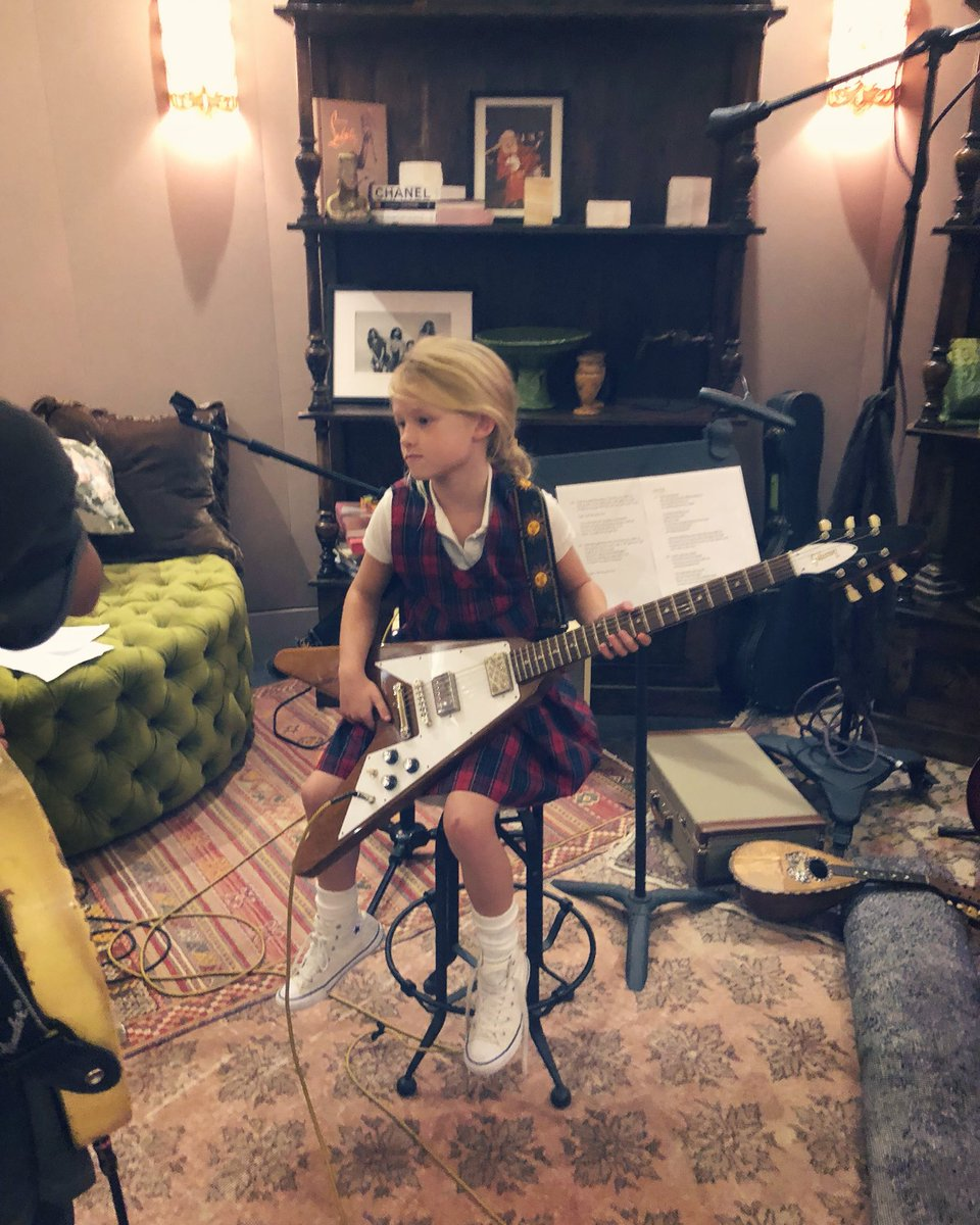 I wanna be in her band #MAXIDREW https://t.co/WCsUmddfJY