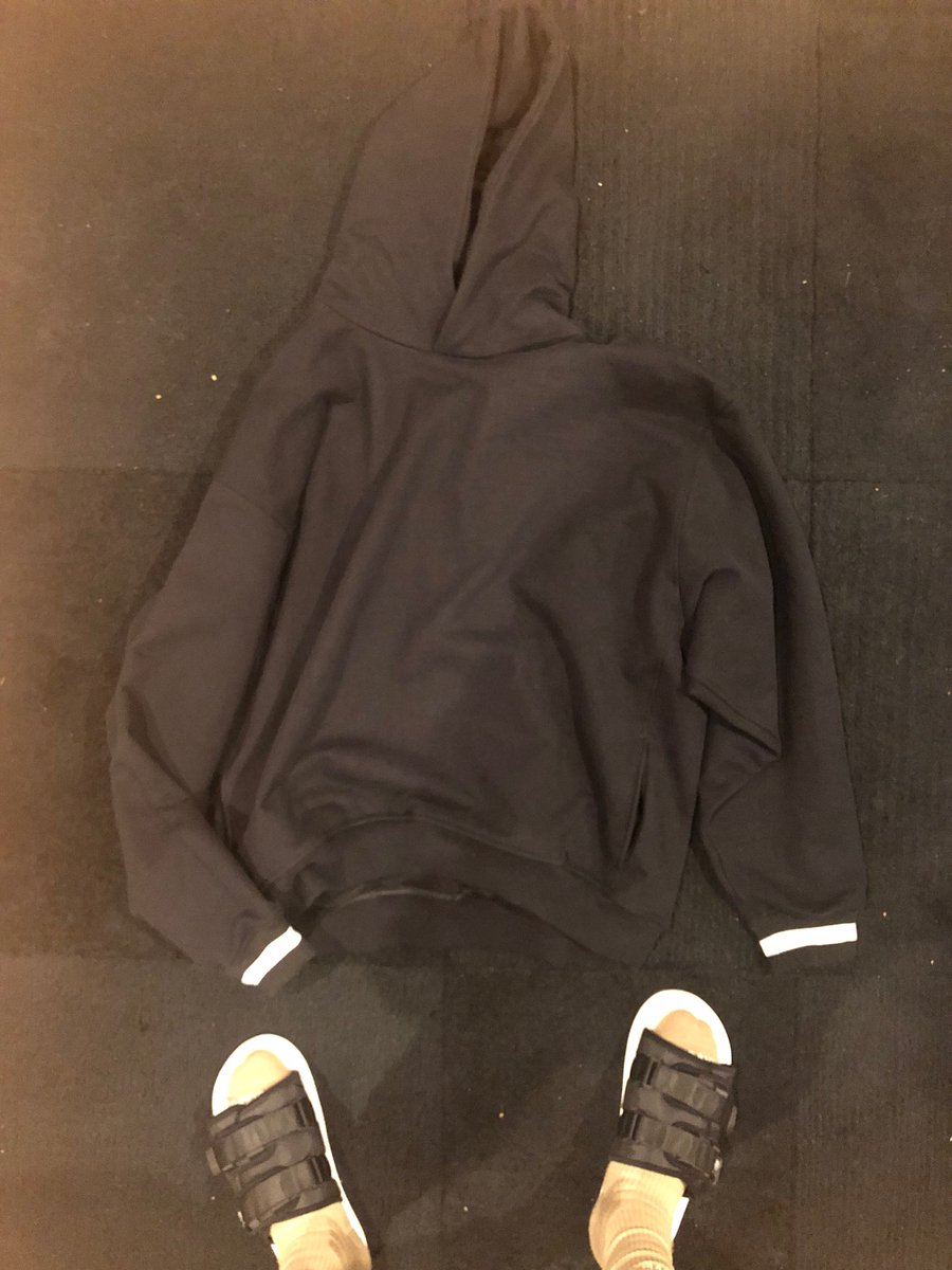copped this Fear of God hoodie at the Chicago Barney's ???????????? https://t.co/wC4yviL6Rq