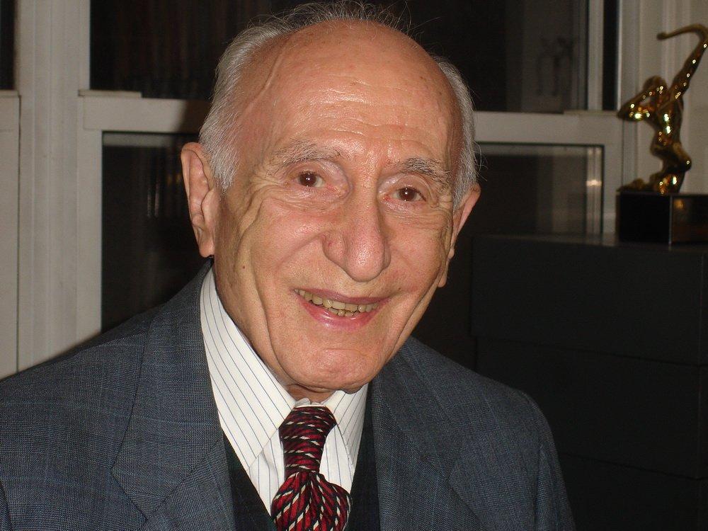 پروفسور احسان یارشاطر استاد عالیقدر مطالعات ایرانی و زبانهای باستانی ایران، بنیانگذار و سرویراستار دانشنامه ایرانیکا در ۹۸ سالگی درگذشت. #یارشاطر https://t.co/1XMWwEPzHx