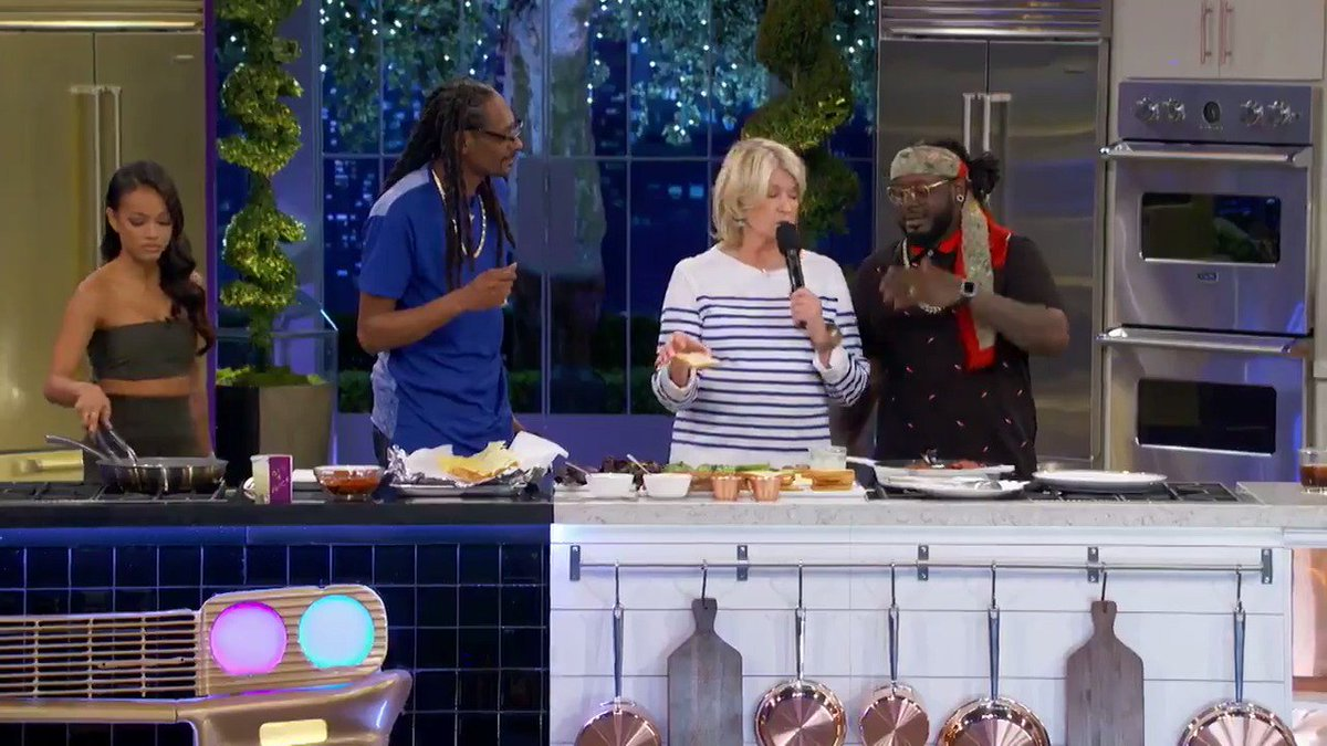west coast make sure yall tune in for #MarthaAndSnoop tonite !! 9p on @VH1 ???????? https://t.co/yzYscnHRN4