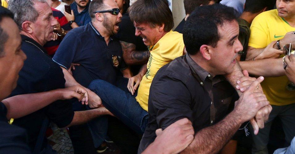 Resultado de imagem para Após facada, cirurgia em Bolsonaro deve tirá-lo da campanha do 1º turno, diz portal
