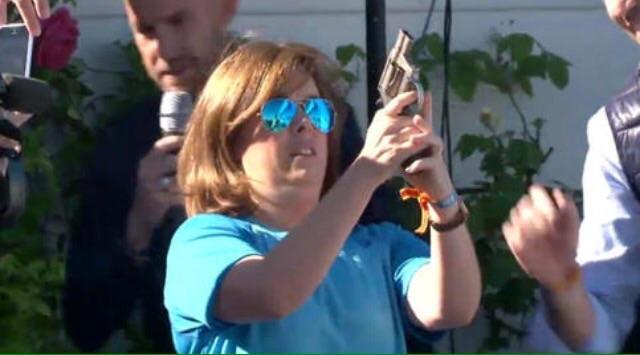 RT @GSugranyes: Soraya Sáenz de Santamaría deixa la política per centrar-se en el rodatge de Torrente 6 https://t.co/sI3lcVlA7S