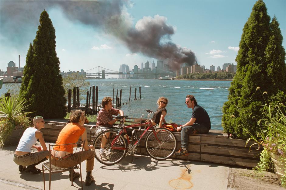 Han pasado varios años desde los atentados del 11-S, y una de las #fotografía s que más polémicas y criticas suscitó fue la del fotógrafo aleman Thomas Hoepker (Magnum). Su instinto le hizo alejarse de la escena. Algo que pocos hicieron en ese momento, captando esta historia. https://t.co/P9DZXMndFk