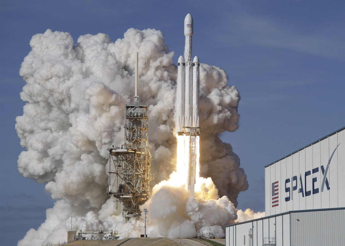 RT @NBCNewsMACH: SpaceX says it has a customer for its flight around the moon