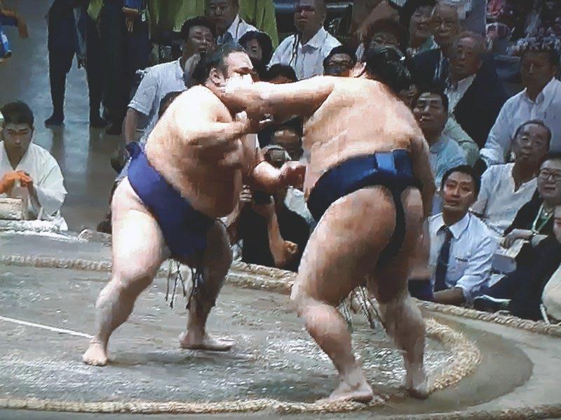 test ツイッターメディア - 去年の秋場所7日目、御嶽海が貴景勝に勝った一番。この時も似たような形で御嶽海の「かかと」が出てたけど、物言いすらつかず。  #sumo #相撲 https://t.co/DoNWGgO0eW