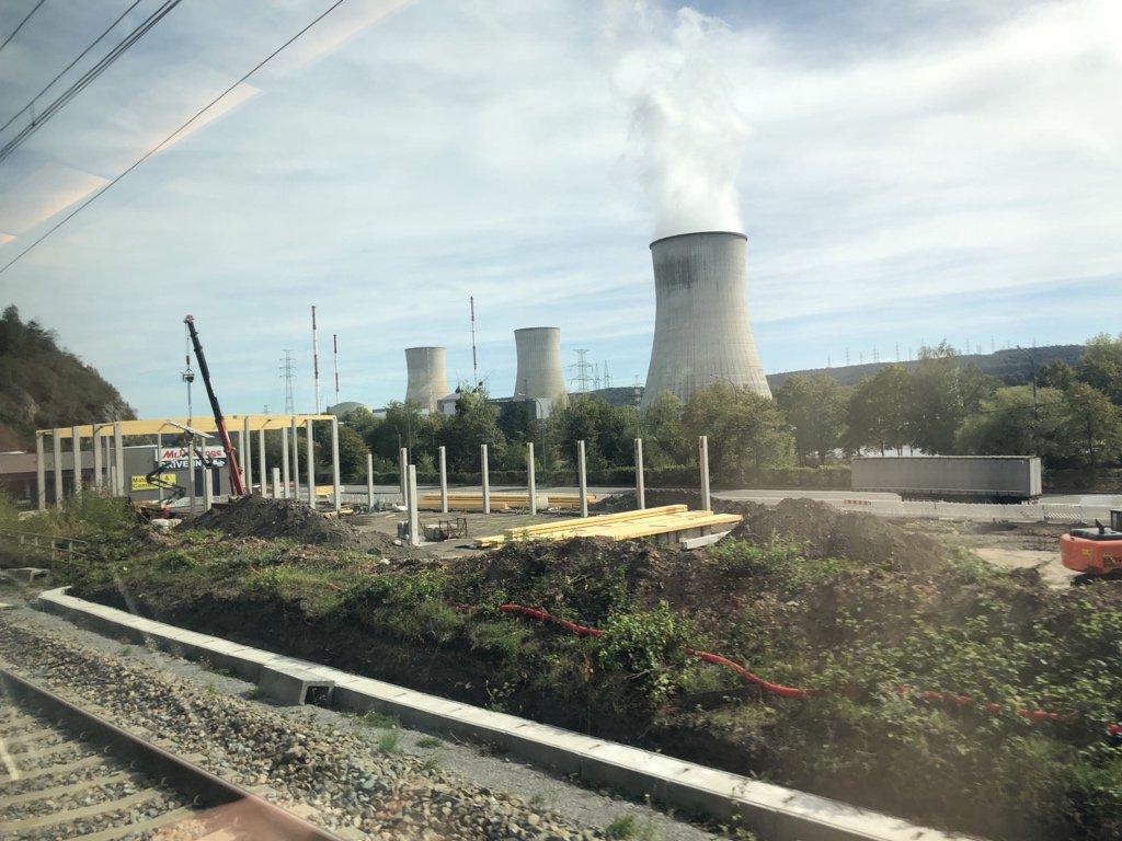 Spoorlijn 125. Mooi langs de Maas en duurzame energie ;) #treinleven #tihange https://t.co/xh8VfnQEZl
