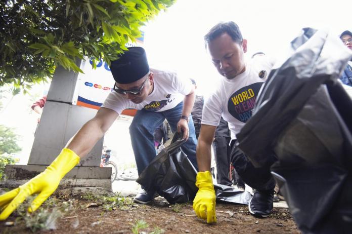World Cleanup Day, Kang Emil dan Bima Arya Turun ke Jalan Punguti Sampah https://t.co/4CvQWRit5z https://t.co/1fyPAWL3er