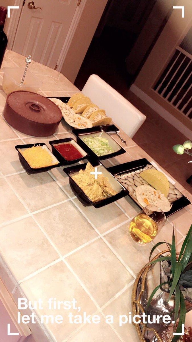 Dinner time 😋 #TacoThursday lzIWXhFyHI
