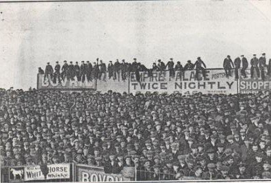 """27,853 were at Fratton Park to see Southern League #Pompey take on Sheffield Wednesday in the 2nd round of the FA Cup in February 1909. The game ended 2-2. Pompey lost the replay 3-0. Here's a section of the crowd massed on Fratton's """"Spion Kop"""". #PompeyHistory https://t.co/5kIYki4L1S"""