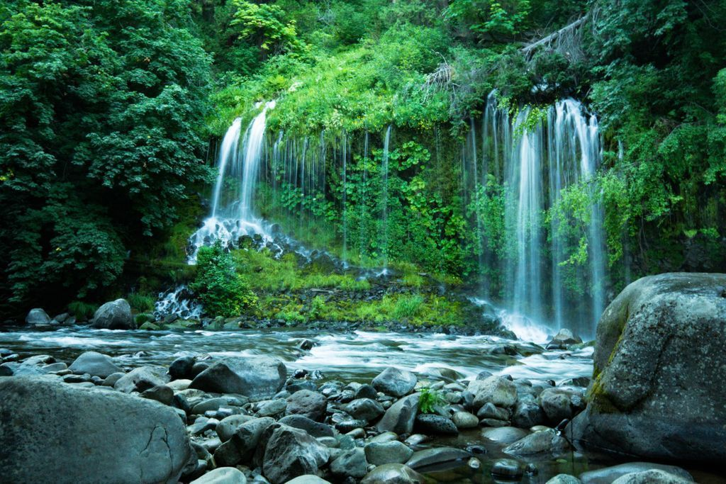 Mossbrae Falls, here in California. Anybody been there before? https://t.co/mTDDk1fWbq https://t.co/1Y4gwhOy9y