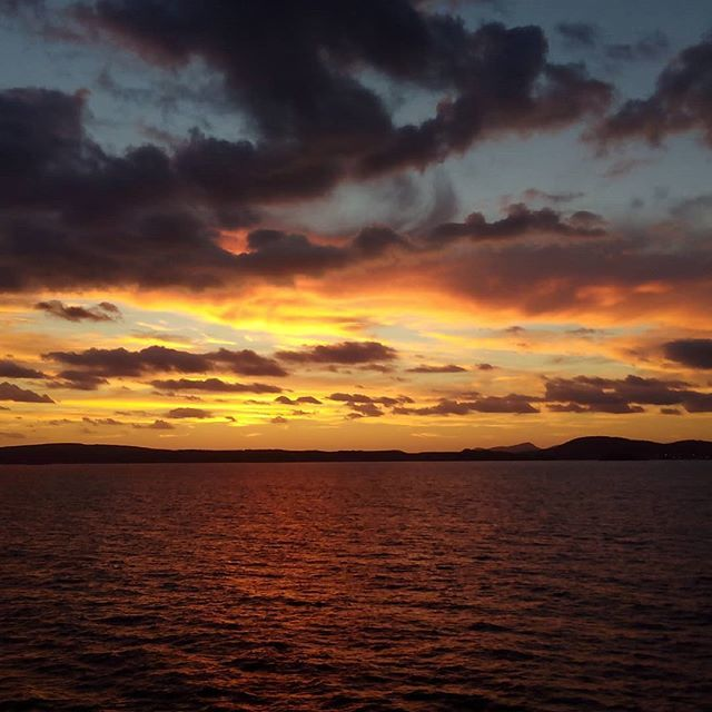 Lento atardecer desde @trasmediterranea  #mediterraneo #mar #sunset #sea https://t.co/j2Z1KqtTHw