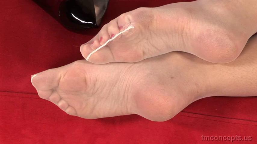 2 pic. SO MUCH SOLES! KrTrDnJhVI #FootFetish #BareFeet zWniTeOwwn