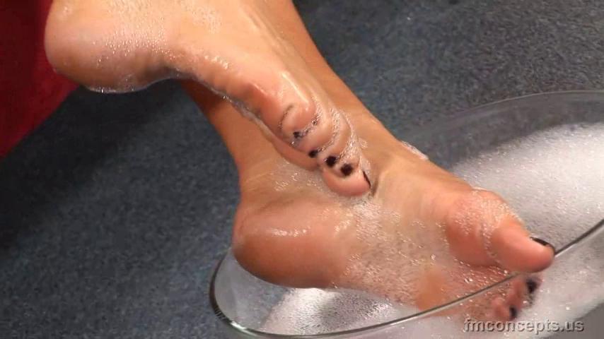 4 pic. SO MUCH SOLES! KrTrDnJhVI #FootFetish #BareFeet zWniTeOwwn