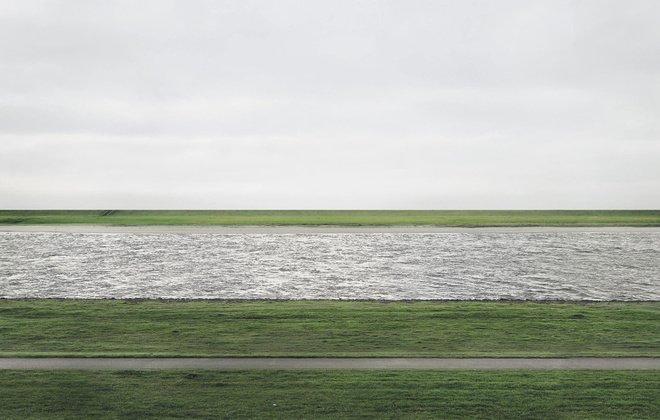 Rhein II es la #fotografía más cara vendida (demostrada) a lo largo de la historia, por un precio de $4,338,500. Su autor es Andreas Gürsky y en este HILO os cuento más sobre ella, al igual que de las demás fotografías que la prosiguen. https://t.co/Jytyfxx5ID