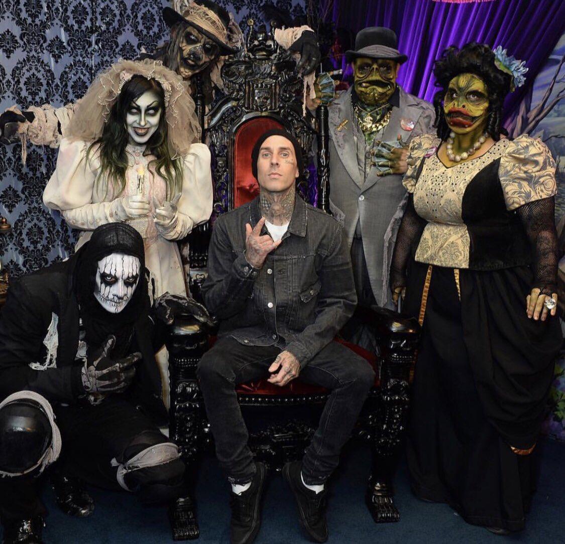 New band photo ???????? @knottsscaryfarm https://t.co/CcMuEjRtOn