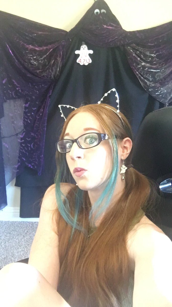 Logging on for some daytime hangs! Come see my paleness in all its daylit glory! 0WpOoUBEx8