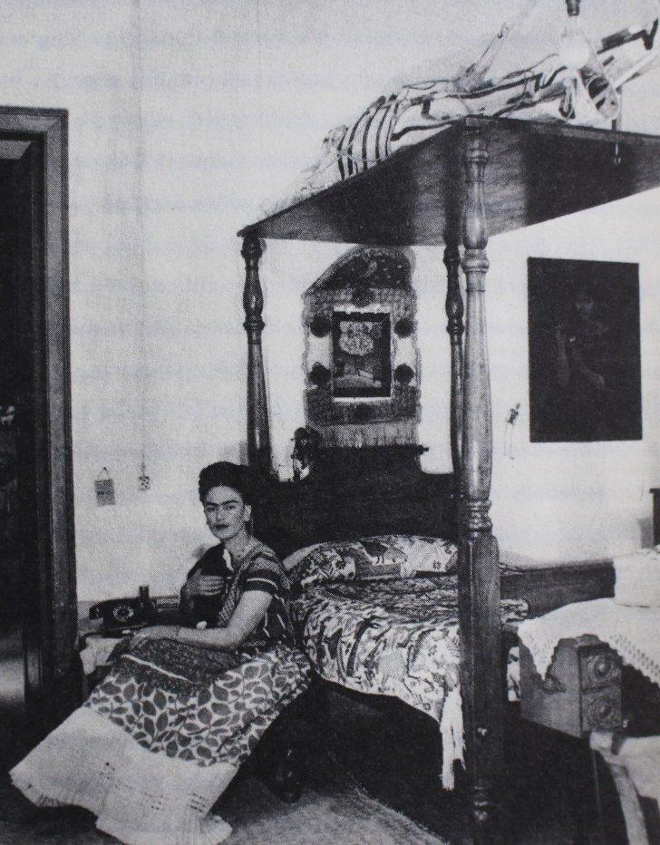 RT @museofridakahlo: #TBT  #FridaKahlo en la #CasaAzul, 1943. 📷 Fotografía: Bernard G. Silberstein. https://t.co/FfBHUDio5H