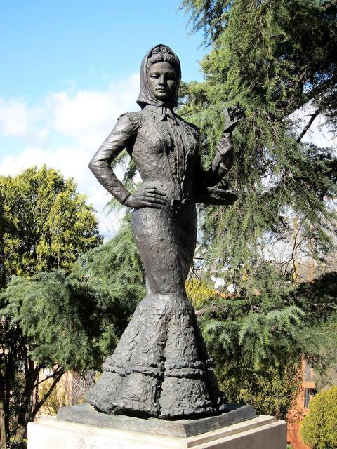 La Violetera, una de mis esculturas preferidas de Madrid, alegre y resultona hoy lleva una vida mucho más tranquila que cuando estuvo instalada en la confluencia de Gran Vía con Alcalá. (Foto de ViendoMadrid) #madrid https://t.co/qdbq3ld4Sg
