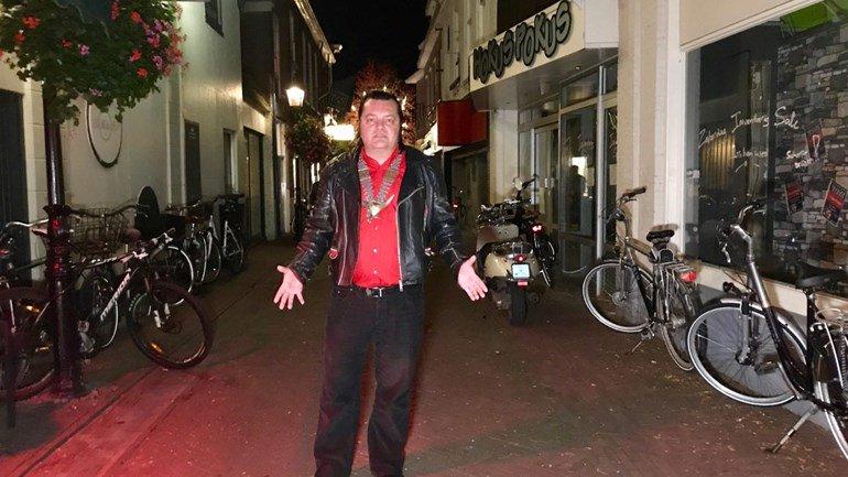 test Twitter Media - Zed Zeedy, de nachtburgemeester van Assen, wil het stokje doorgeven. De afgelopen twee jaar kwam hij op voor het Asser nachtleven, als echte pionier. En dat bleek lastiger dan gedacht https://t.co/4BEdKbdrOx https://t.co/zqVTCNWGxG