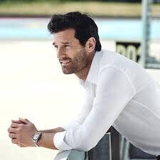 test Twitter Media - Ik kijk de formule 1 training en net is hij weer in beeld: Mark Webber. Voor de dames onders ons: deze man komt zo van de cover van een boequetreeks boekje. Toch? https://t.co/C7BUgpZPSb