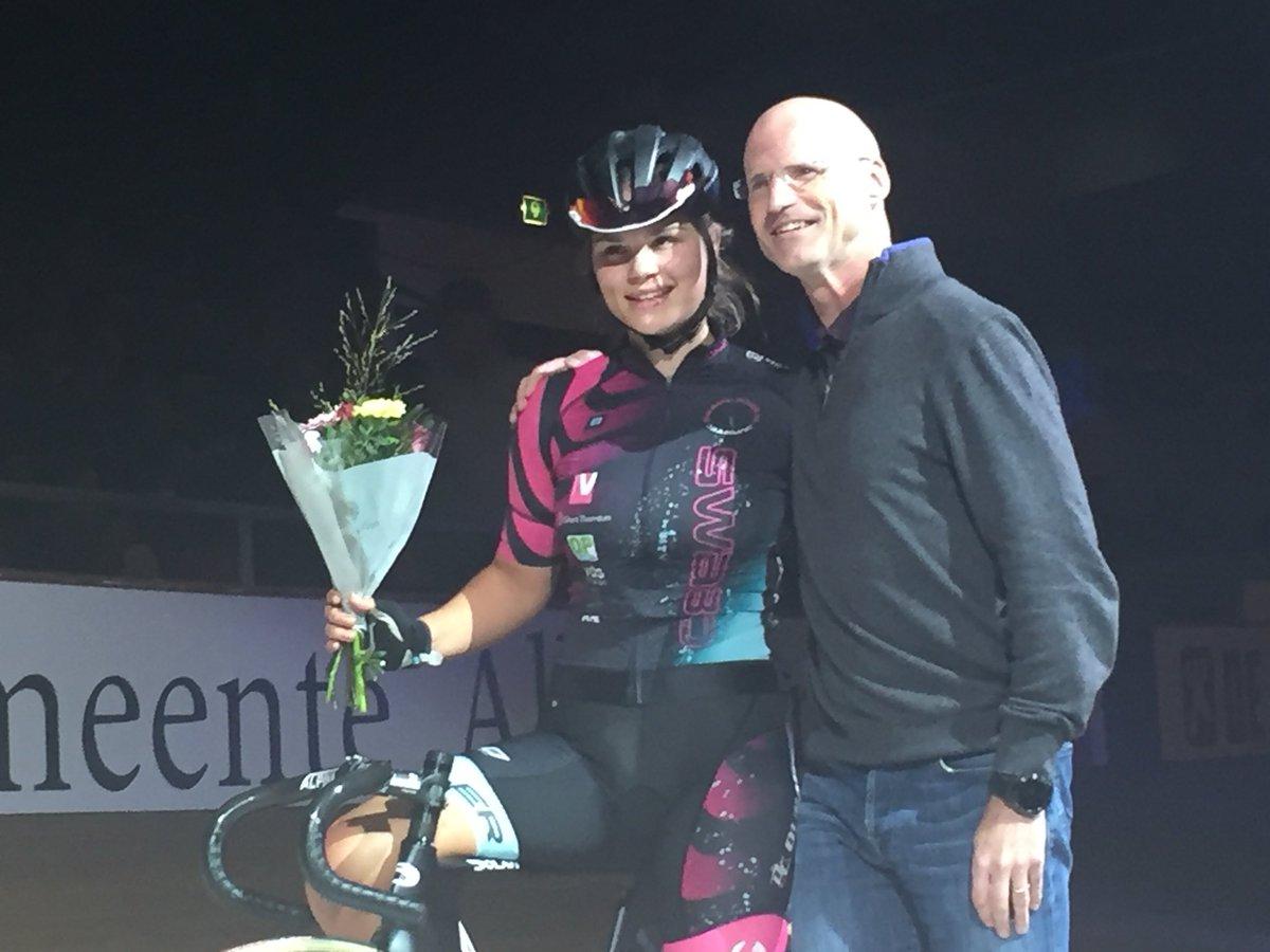 test Twitter Media - Amber van der Hulst wint weer ditmaal de Dames scratch 20 ronden hier in Alkmaar gehuldigd door Kloosterboer. #w3da #scratch #baanwielrennen #wielersport #alkmaar https://t.co/wBjB31qARu