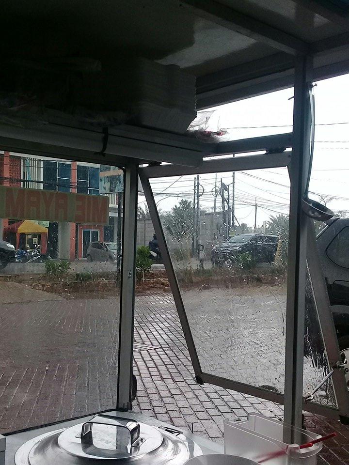 14.06: RT @bambangS1373 : Cuaca hujan Jl. Parpostel, Jatiasih, Jabar dekat Cinema Mall Kota. #ElshintaEdisiSiang https://t.co/CKM1oFdZM5