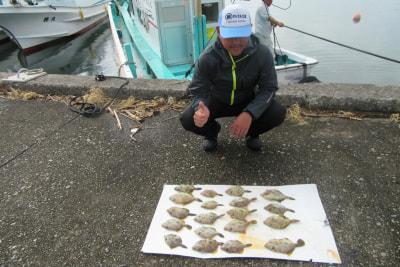 和歌山県中部 かるも丸 (10月10日の釣果)  乗合船はカワハギ釣りに出ました。 日ノ岬沖・白崎沖で釣りました。 竿頭は神戸市高山氏の19匹でした。  https://t.co/UI8r9RXQtL https://t.co/BS5VZNbVBB