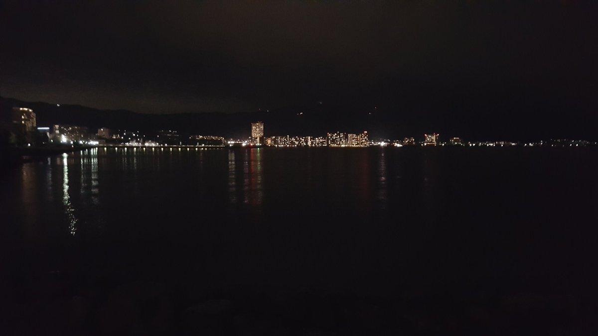 滋賀県琵琶湖バス釣り 風なし波なし気温19℃ もうTシャツじゃ夜は寒いですね♪  琵琶湖のブラックバスさん 聞こえてますかー 夜食の時間ですよー  あんまり叫ぶと魚が逃げます https://t.co/xq0ioJyuy4