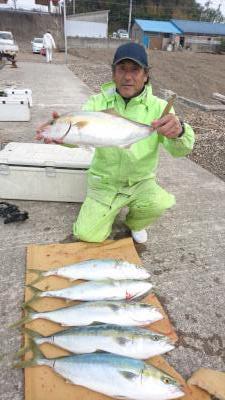 和歌山県中部 えびす丸  落とし込みに出船 今日もまずまずの釣果でした。 カンパチ、メジロなど船中35〜40本などの釣果でした。  https://t.co/QO6BHomTsP https://t.co/F0gViuh0TX