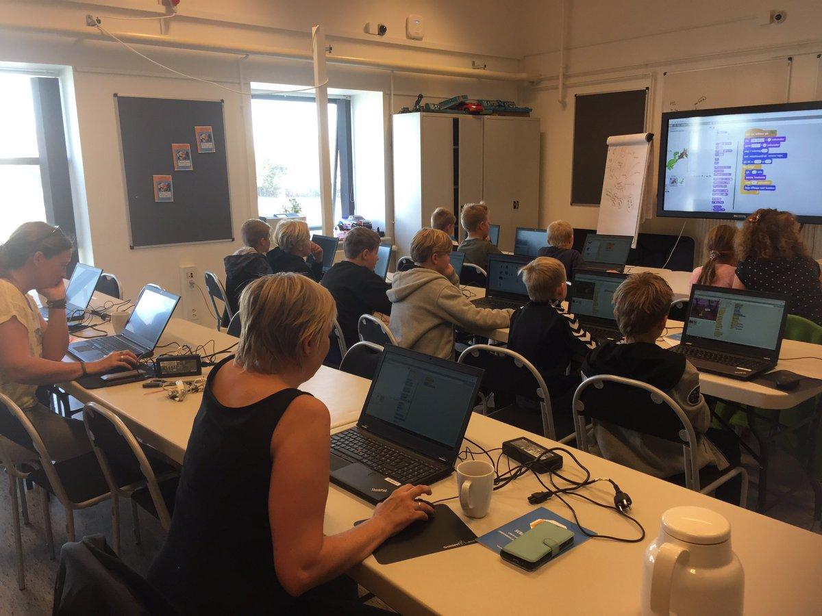 test Twitter Media - I dag var det børn fra Vordingborg + 3 mødre, som fik lært #scratch sammen. Vi tog 2. forsøg med #scratchlegen, hvor børn og voksne lærer kodning med kroppen og det var igen en stor succes. #vordingborgbibliotek #temasamarbejde #EUCodeWeek https://t.co/r6K98HfEJD