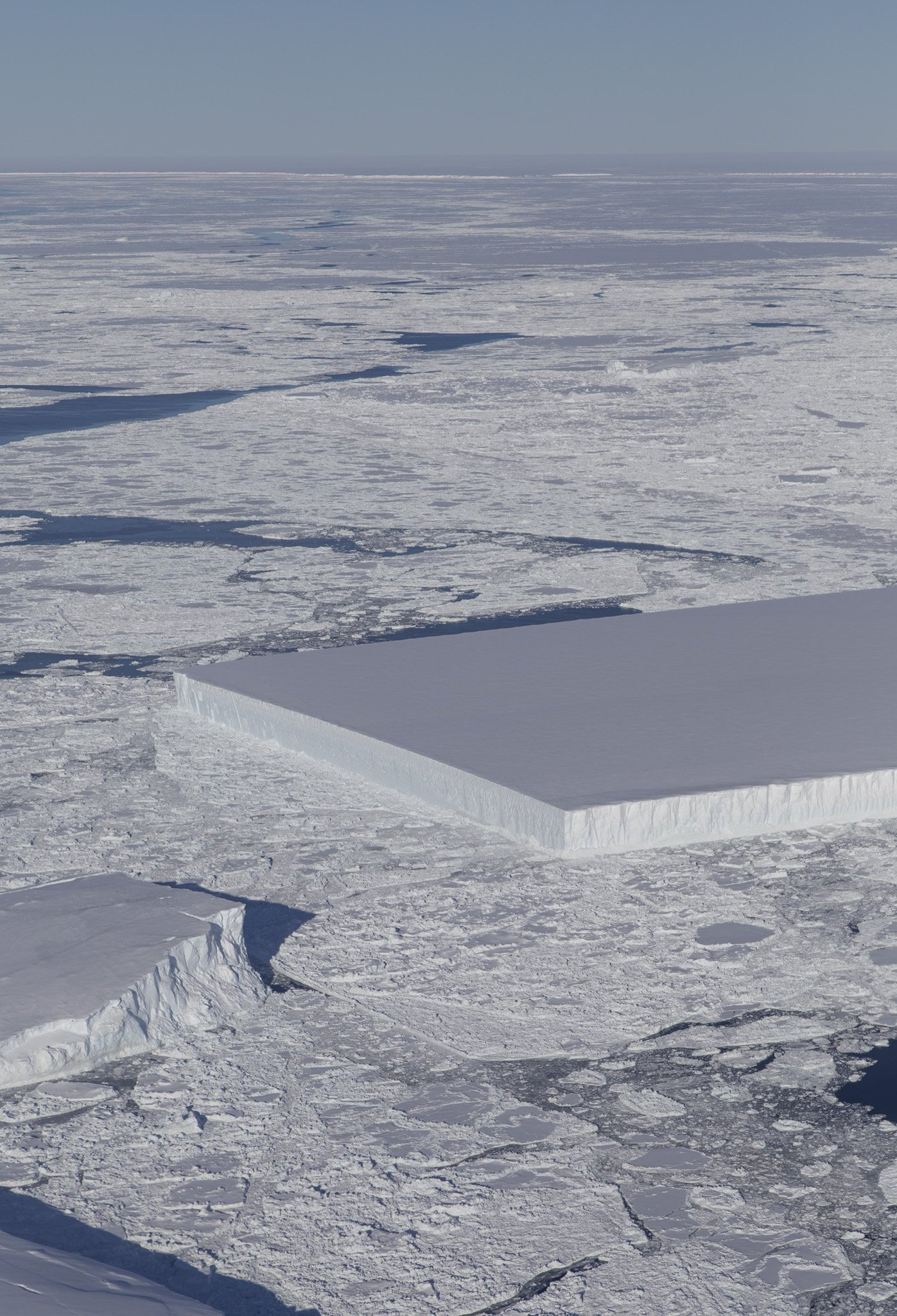From yesterday's #IceBridge flight: A tabular iceberg can be seen on the right, floating among sea ice just off of the Larsen C ice shelf. The iceberg's sharp angles and flat surface indicate that it probably recently calved from the ice shelf. https://t.co/XhgTrf642Z