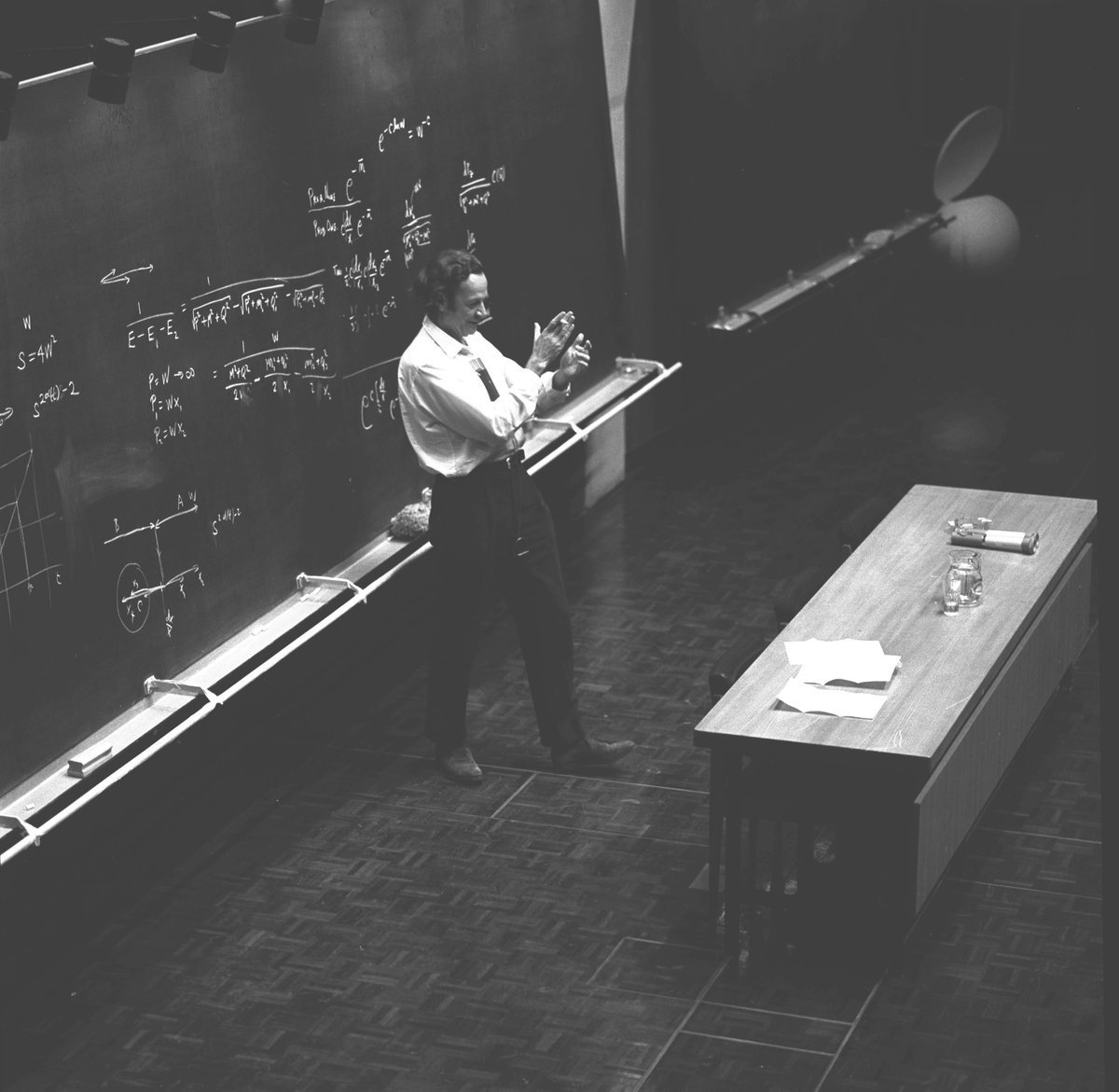 """FEYNMAN learning strategy in THREE points: 1. Continually ask """"Why?"""" 2. When you learn something, learn it to where you can explain it to a child. 3. Instead of arbitrarily memorizing things, look for the explanation that makes it obvious. https://t.co/2BxMOMNUyE"""