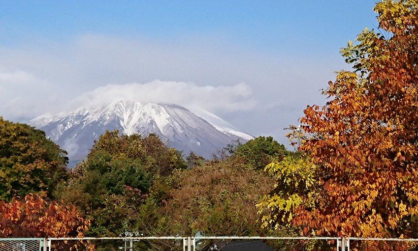 写真は今朝(10/31)の岩手山です。先日初冠雪したばかりというのに、すでにすっかり雪に覆われています。これからどんどん寒くなりますので、ご注意ください!タイヤの交換もお早めに~。 #岩手県 #岩手山 #雪 #タイヤ交換 #毎年交換のタイミングに迷う https://t.co/MaN1BK1R0J
