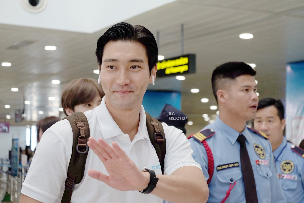 RT @MsJoy137: [291018] Siwon at Noibai airport (3)  #unicef  #SmileforU  #ChoiSiwon https://t.co/FV81RLkvG0
