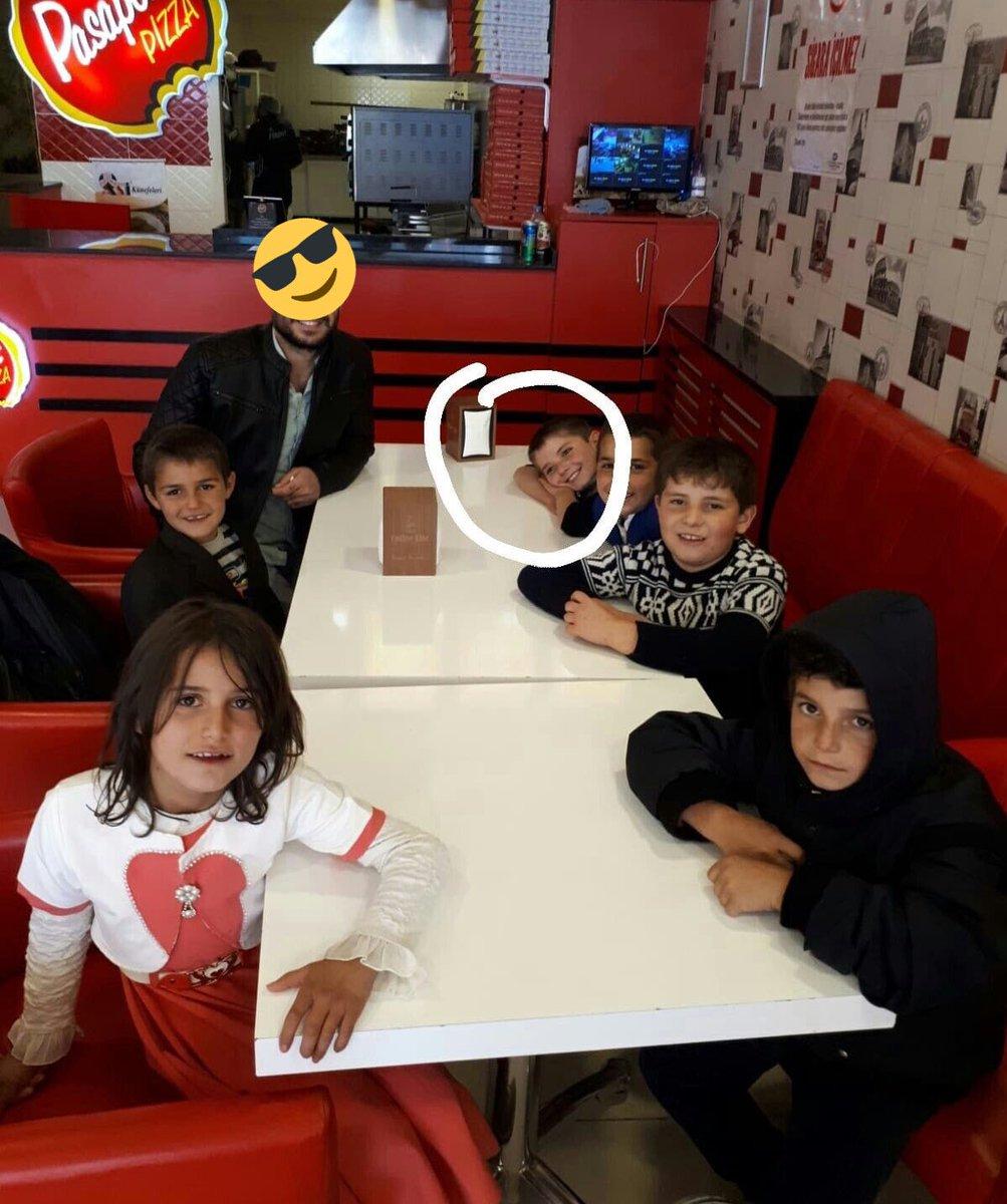 Bir köy öğretmeni haftasonu çocukları toplayıp pizza yemeye ve sinemaya götürmüş. Şu çocukların mutluluğuna bakınız....