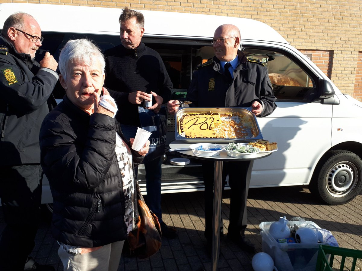 Der er rigtig god afsætning på kaffe med hjemmebagt citronmåne ved den mobile station #politidk https://t.co/VJMnPrL0ek