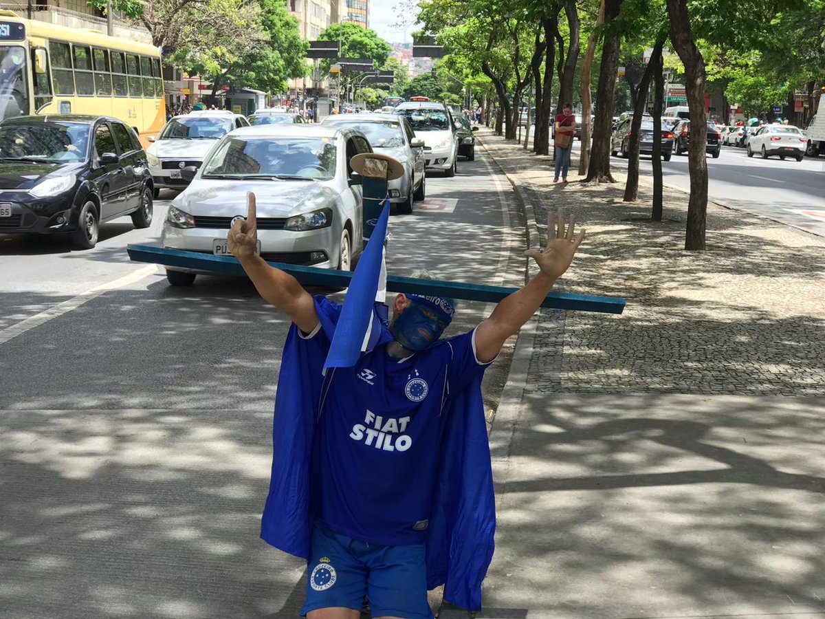 RT @otempo: De joelhos, cruzeirense sobe Afonso Pena para pagar promessa pelo Hexa https://t.co/6aWvV7kvcm https://t.co/42lmaUZrp2