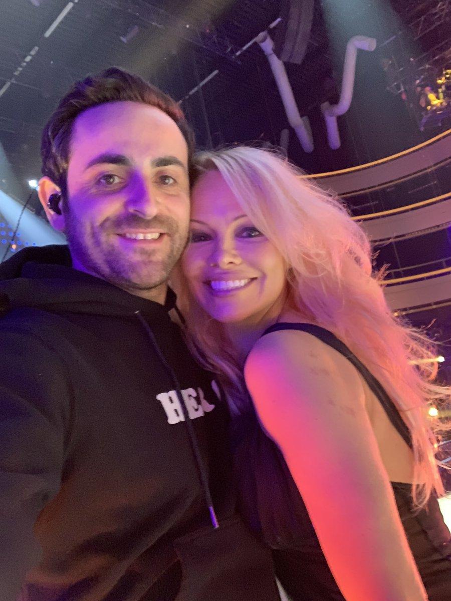 RT @CamilleCombal: Guess who's back! Elle danse!!! ???????? Ce soir en direct... #DALS #Halloween https://t.co/SE2qKKZDaF