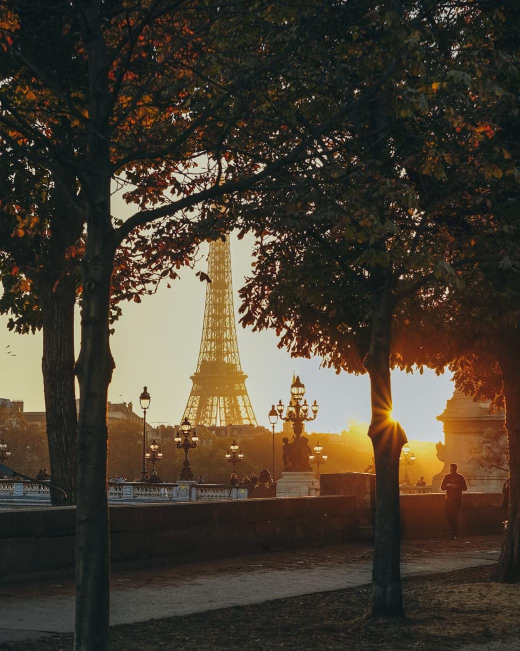 Iron Lady enveloped in gold 🌇 #Paris https://t.co/3yUn85Z76s